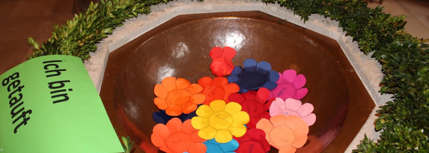 Taufstein mit punkten Papierblüten