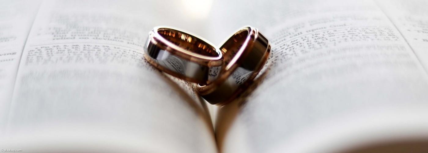 Zwei Eheringe auf einer Bibel
